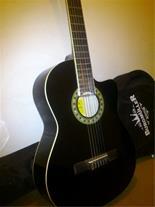 فروش گیتار در حد نو بدون خط و خش، رنگ مشکی با کاور