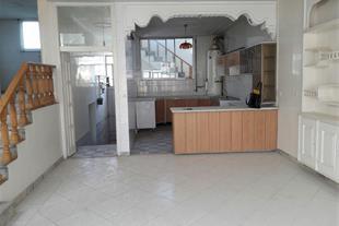 آشپزخانه طبقه یک و نمایی از پذیرایی و اتاق خوابها
