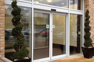 نصب شیشه سکوریت و دربهای اتوماتیک