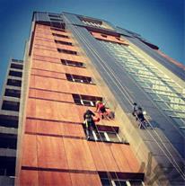 انجام پیچ و رولپلاک نما با طناب در تهران