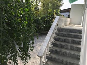 حیاط با درختان میوه و در کنار رودخانه