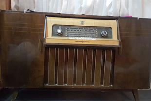فروش یک رادیو گرام قدیمی بدنه تمام چوب و نو