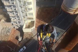 کار در ارتفاع بدون داربست - پیچ و رولپلاک سنگ نما