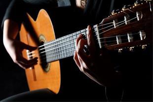 شروع دوره آموزش گیتار در آموزشگاه برومند ستارخان