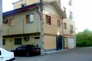 نمای ساختمان اصلی طبقه همکف کنار پژو مشکی